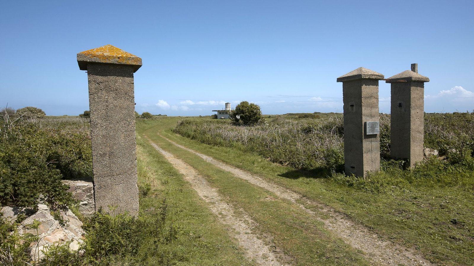 L'entrée du camp de concentration nazi Sylt est l'un des rares vestiges visibles du camp d'Aurigny, ...