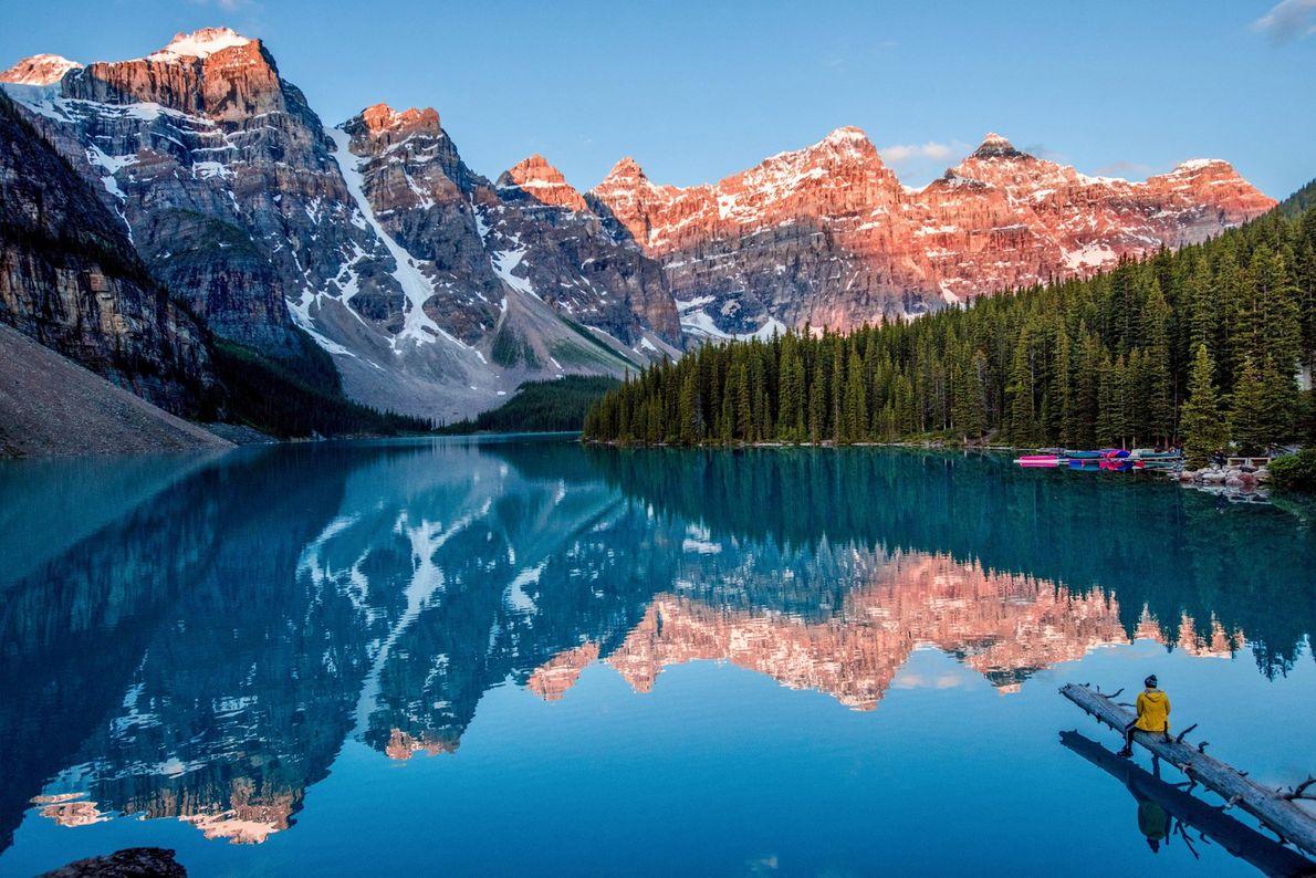 Dans la province d'Alberta, au Canada, le lac Moraine agit comme un miroir dans lequel se ...