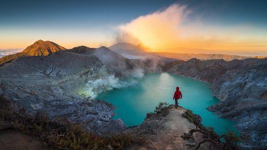 Malgré son apparence idyllique, ce lac volcanique formé dans le cratère du volcan Ijen sur l'île ...