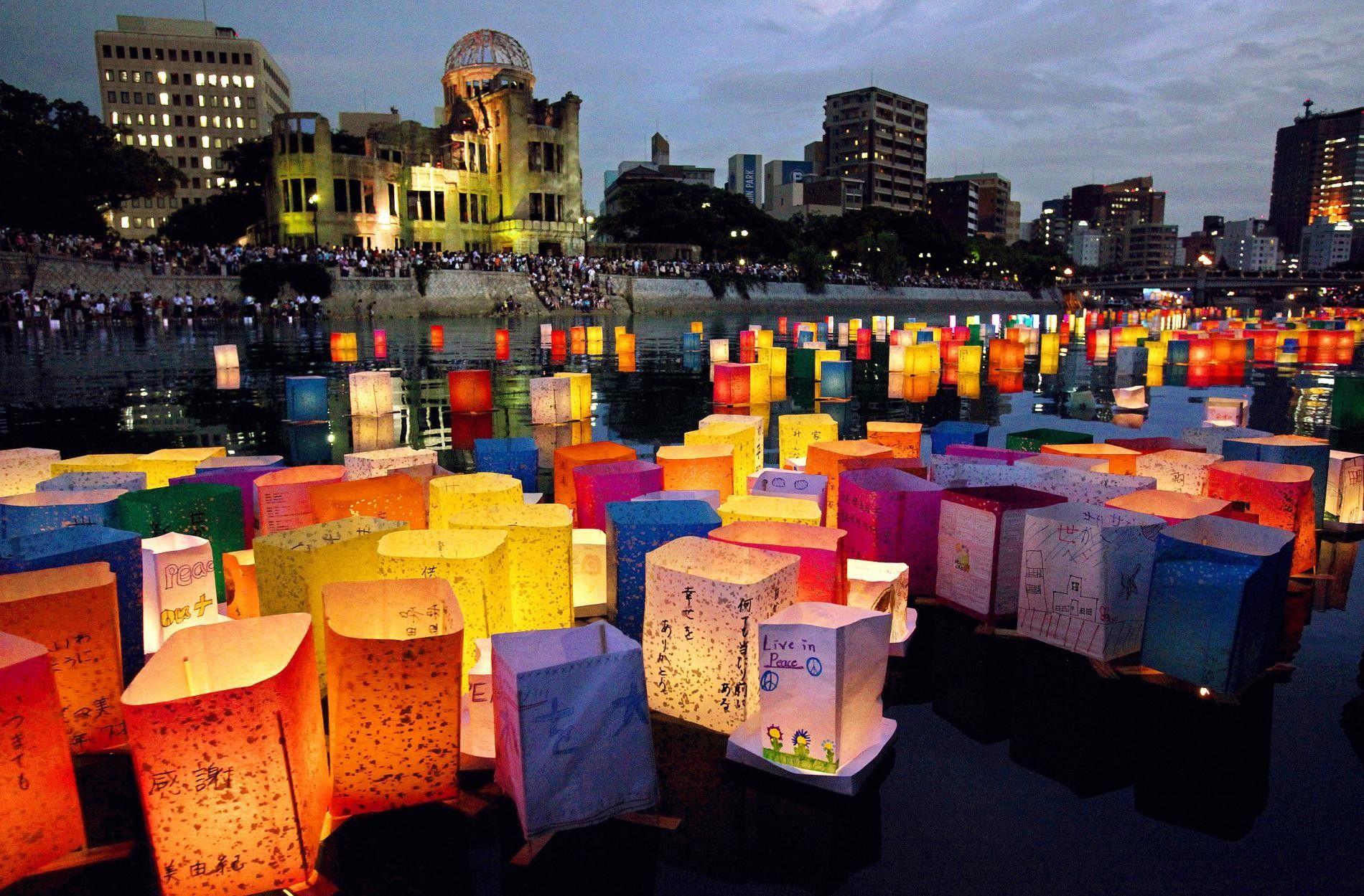 Des lanternes flottantes marquent l'anniversaire du bombardement d'Hiroshima. Chaque lanterne représente une vie perdue.