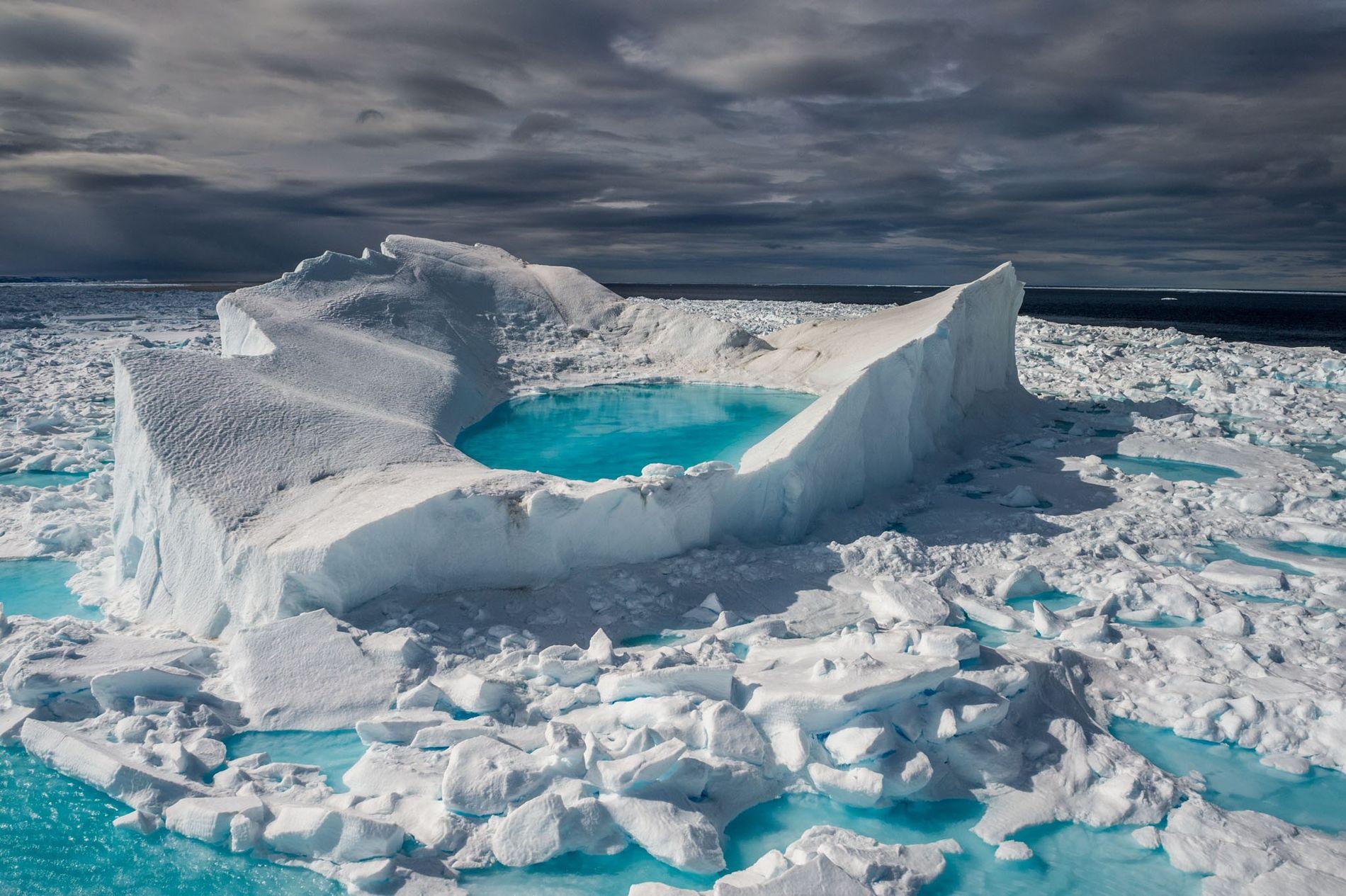 Au large de la côte nord de l'île de Baffin, au Canada, le soleil de juin ...