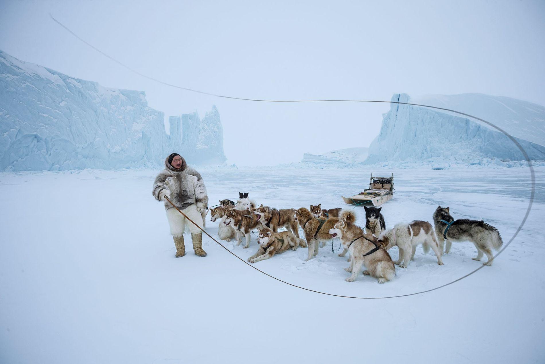 Son pantalon en fourrure d'ours polaire indique que Naimanngitsoq Kristiansen est un chasseur inuit chevronné. Avec ...