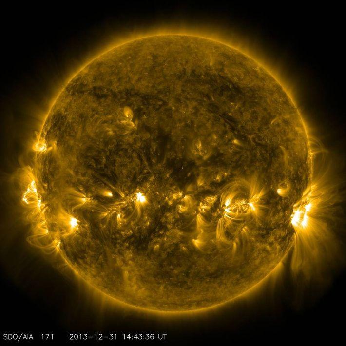 Image des zones d'activité magnétique intenses donnant parfois lieu à des éruptions solaires et des éjections ...