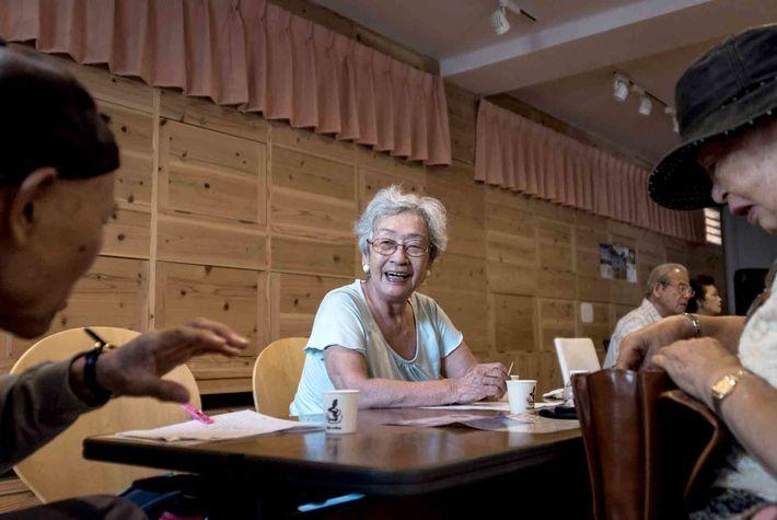 Les résidents de Naha, à Okinawa, profitent d'une longue vie remplie d'échanges et d'activités.