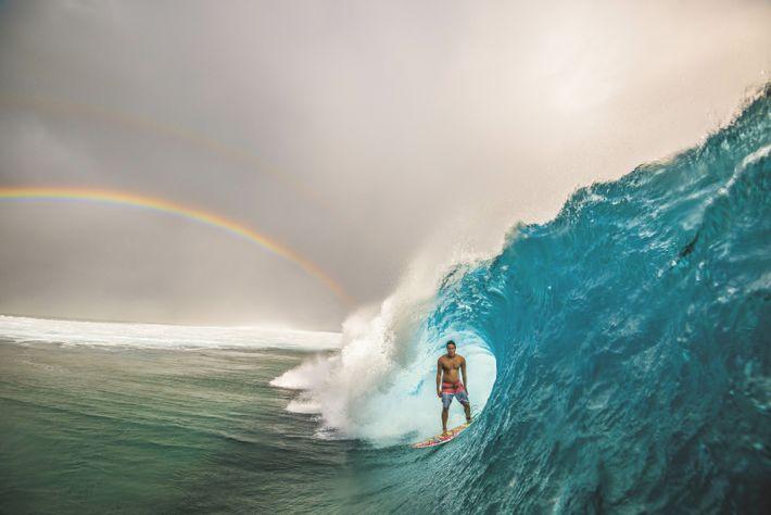 Le Tahitien Angelo Faraire surfe la légendaire vague de Teahupoo dans le sud de Tahiti.