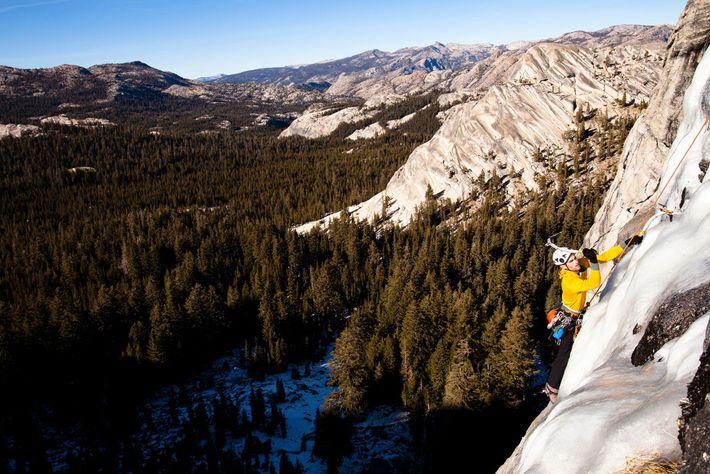 Dans le parc national de Yosemite, en Californie, un glaciériste s'attaque à la voie Yellow Brick ...