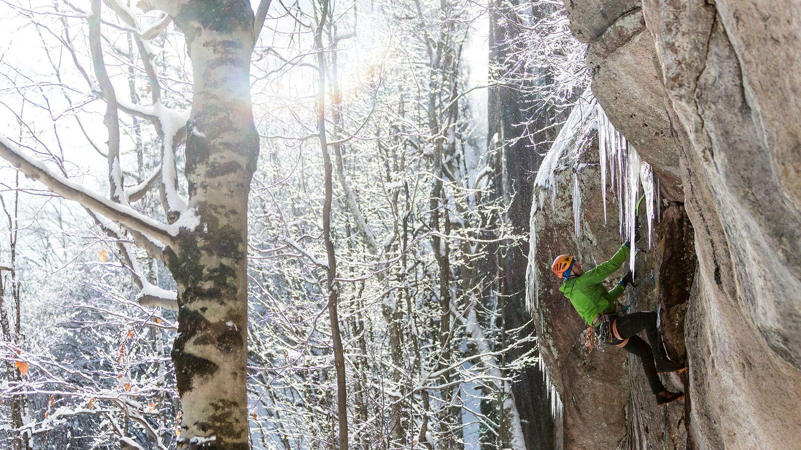 Un glaciériste gravit la paroi rocheuse de Cathedral Ledge à North Conway, dans l'État du New ...