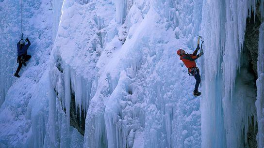 Dans l'Ouray Ice Park, dans l'État du Colorado, deux glaciéristes gravissent une cascade glacée.