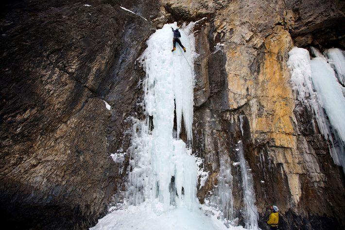 Un alpiniste gravit la glace des chutes Grotto près de Canmore, en Alberta, au Canada.