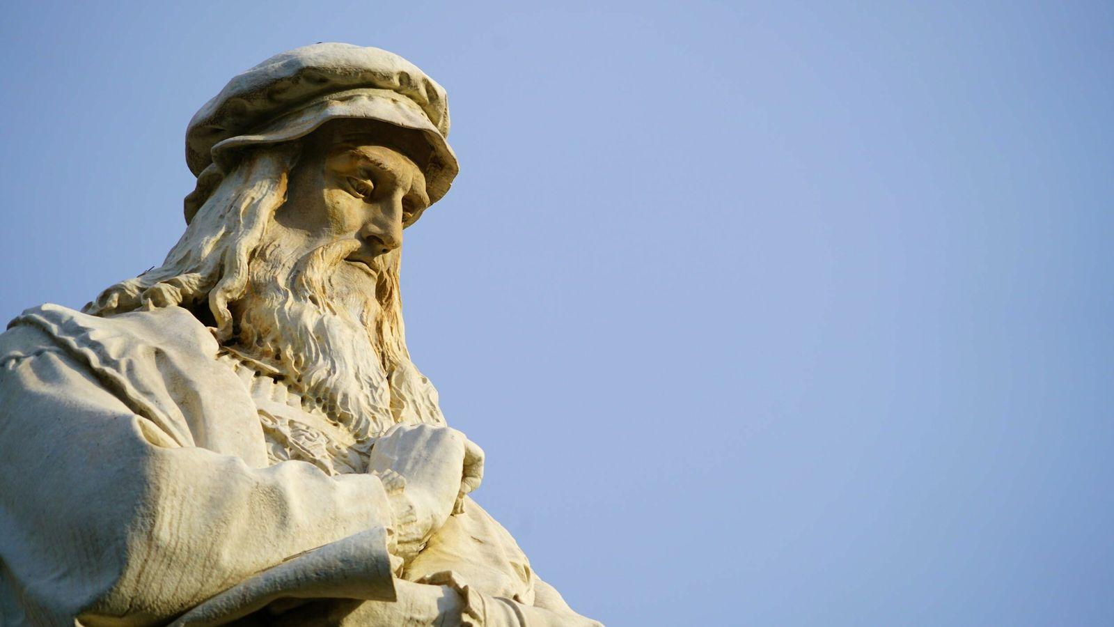 Statue représentant Léonard de Vinci, à Milan.