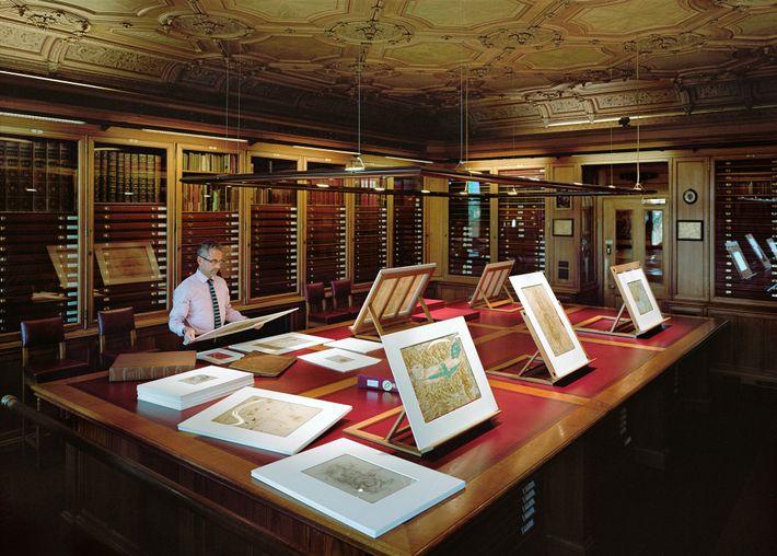 Martin Clayton étudie un dessin de Léonard de Vinci dans la pièce des estampes à contrôle ...