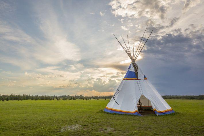 Dormez dans un tipi au cœur des plaines du Lieu historique national Rocky Mountain, en Alberta, ...