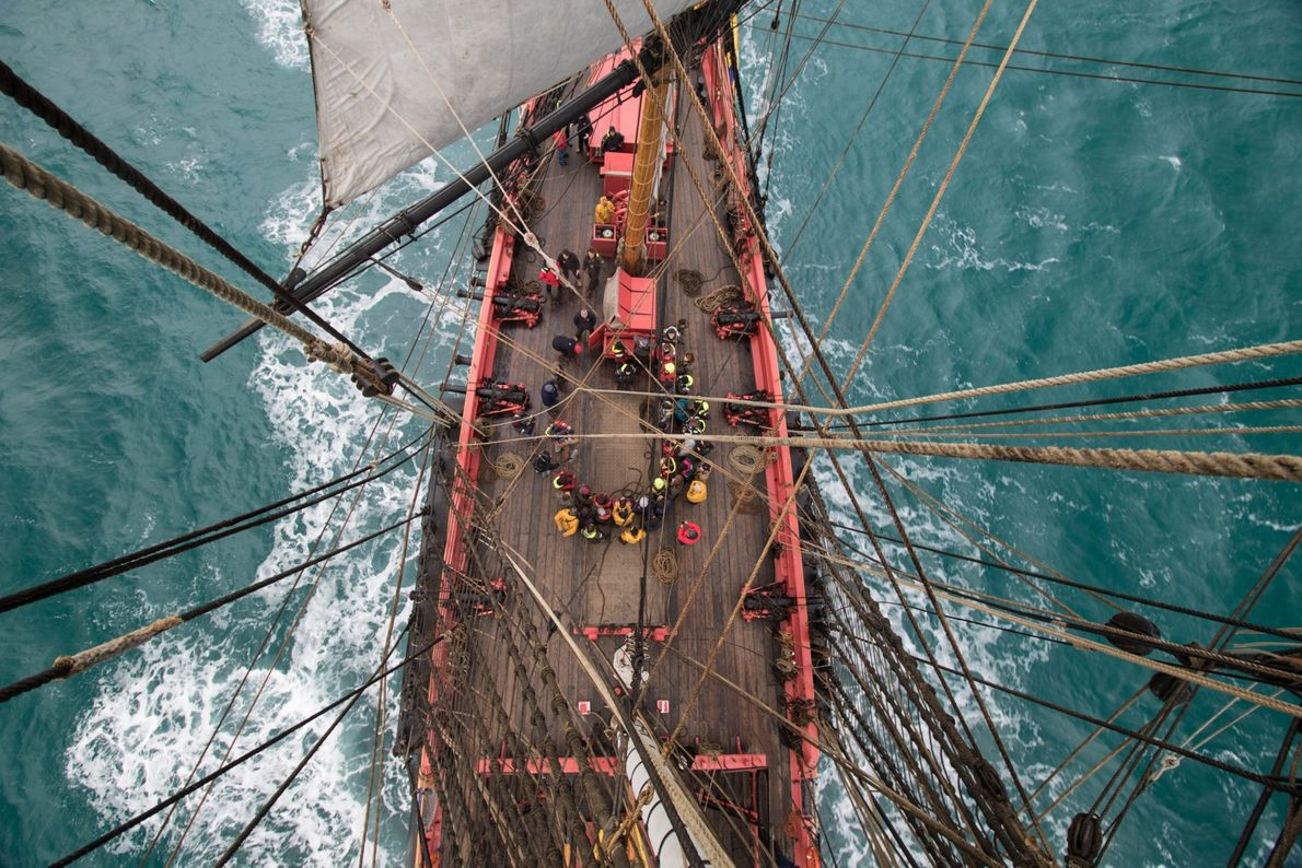 L'équipage de l'Hermione est composé d'environ 80 personnes, avec quelques marins professionnels encadrant les nombreux gabiers, ...