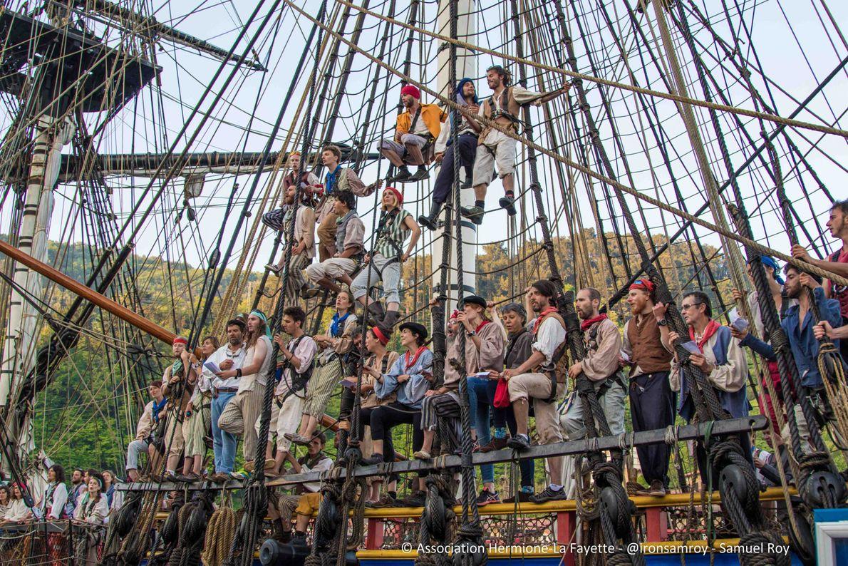 L'équipage lors de l'arrivée de l'Hermione à Portovecchio.