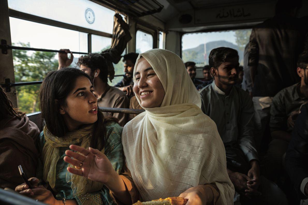 À Islamabad, Bibi prend le bus avec d'autres étudiants pour aller dans un centre commercial. À ...