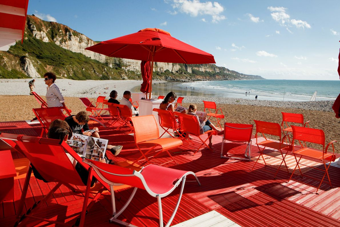 Depuis une dizaine d'années, de nombreuses bibliothèques épémères Lire à la Plage ont investi les plages ...