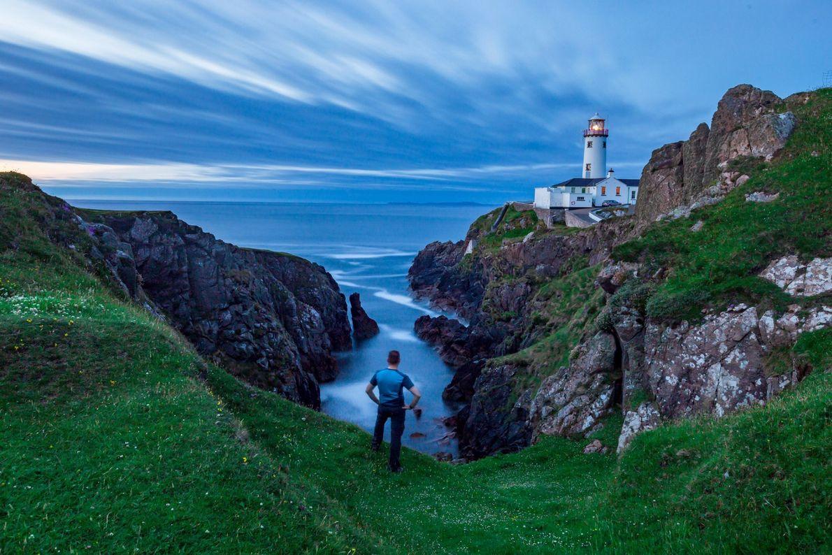 Érigé entre ciel et mer il y a plus de 200 ans à Donegal, le phare ...