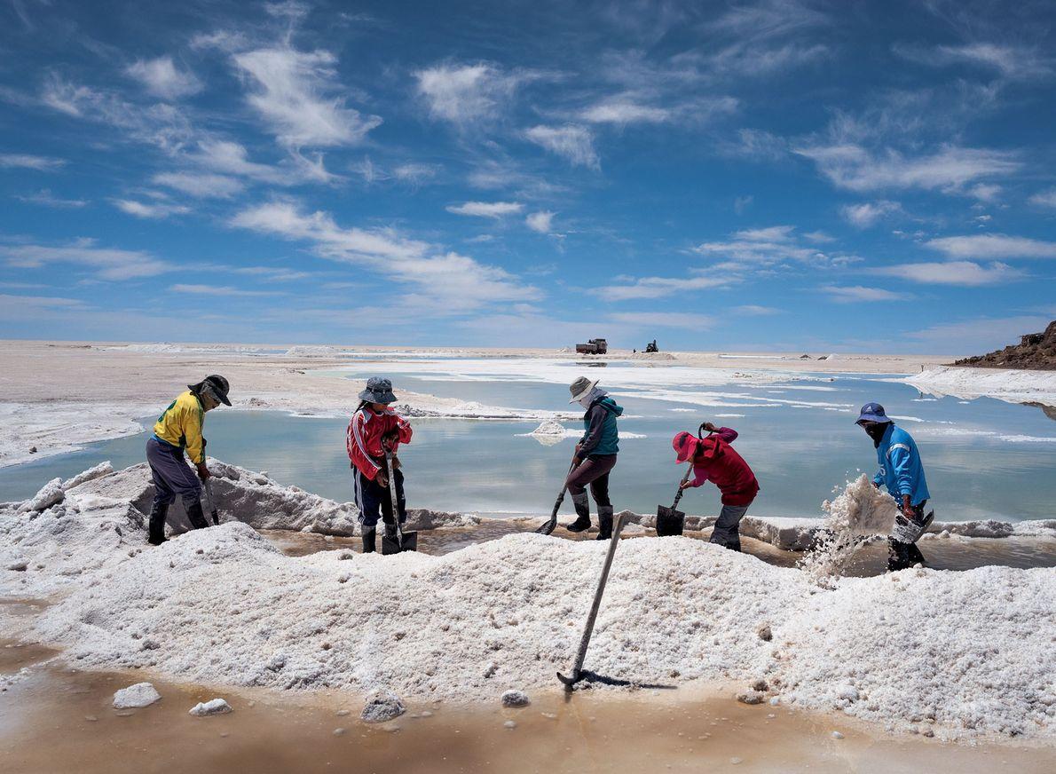 Le peuple indigène aymara récolte et vend la croûte de sel qui se forme en surface ...