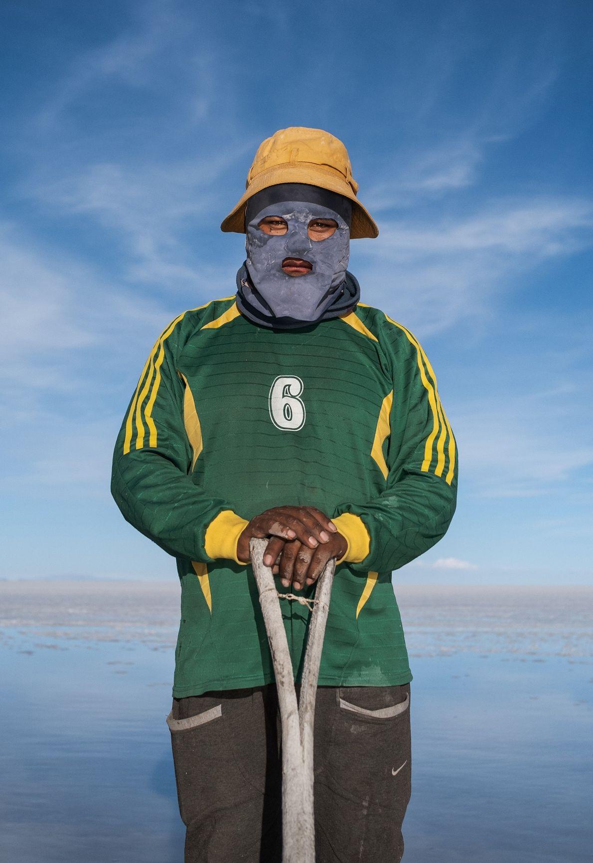 Portant une cagoule pour protéger sa tête des coups de soleil, Wilmer Flores recueille le sel ...