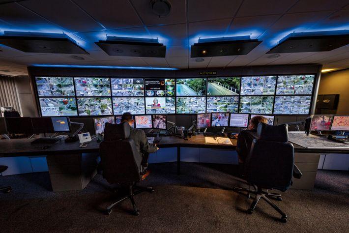 À Islington, dans le nord de Londres, deux opérateurs de vidéosurveillance peuvent regarder des images issues ...
