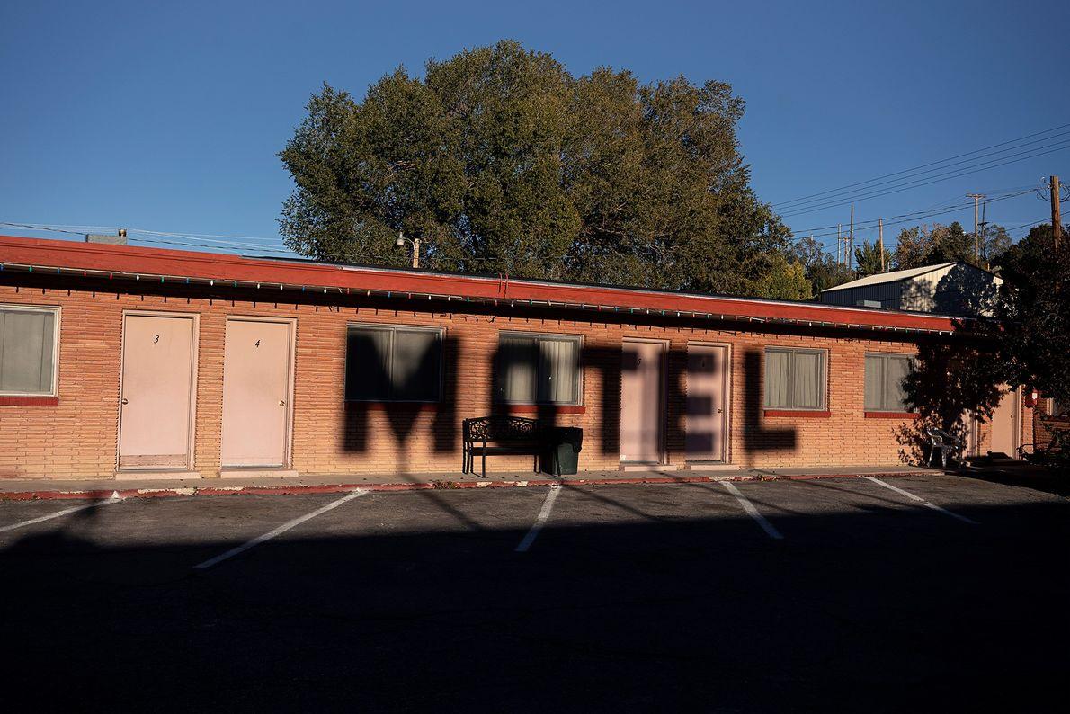À Ely dans le Nevada, le soleil dessine les lettres MOTEL sur les murs du Deser-est ...