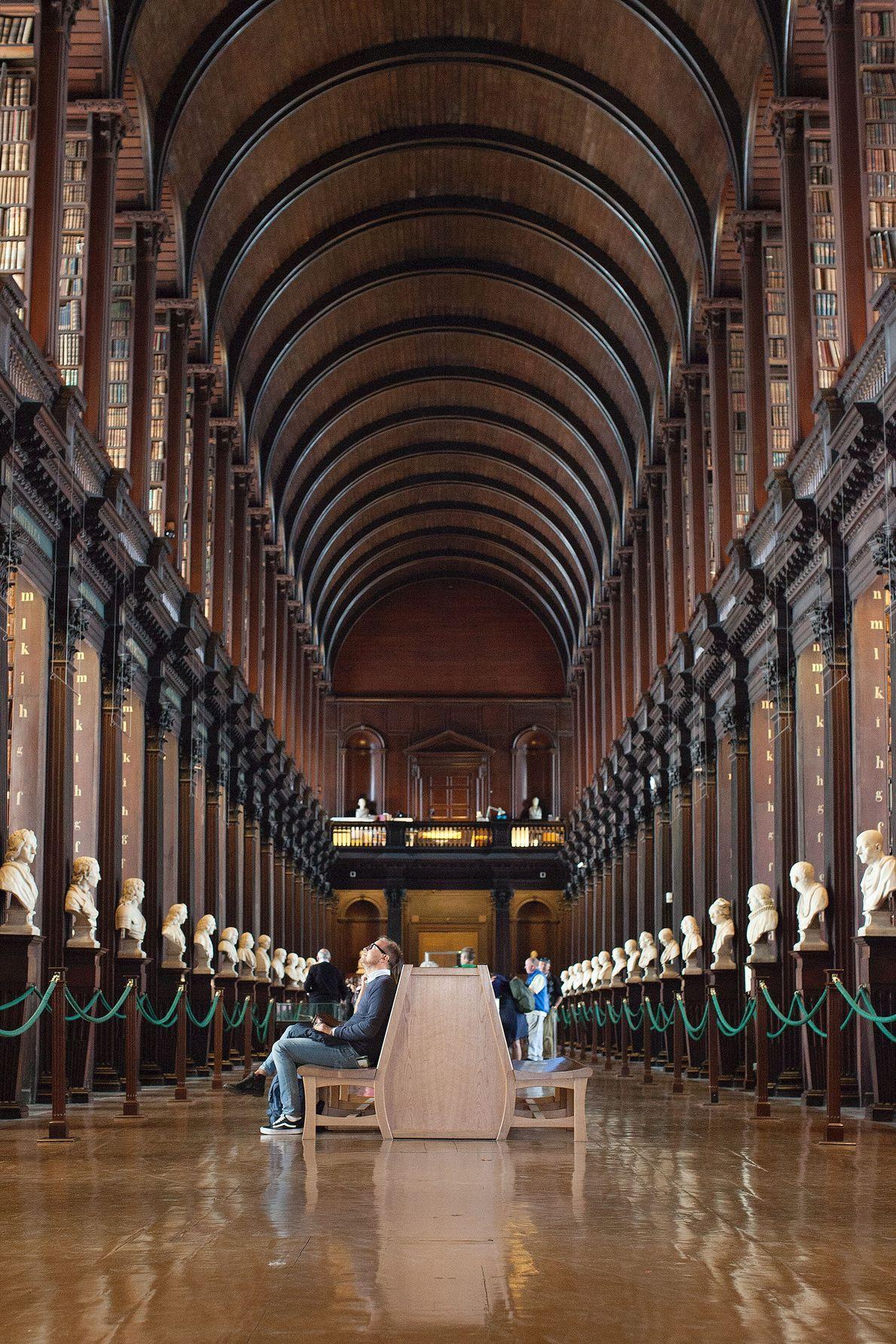 Dans la libraire Trinity College, The Long Room s'étale sur environ 60 mètres de long et ...