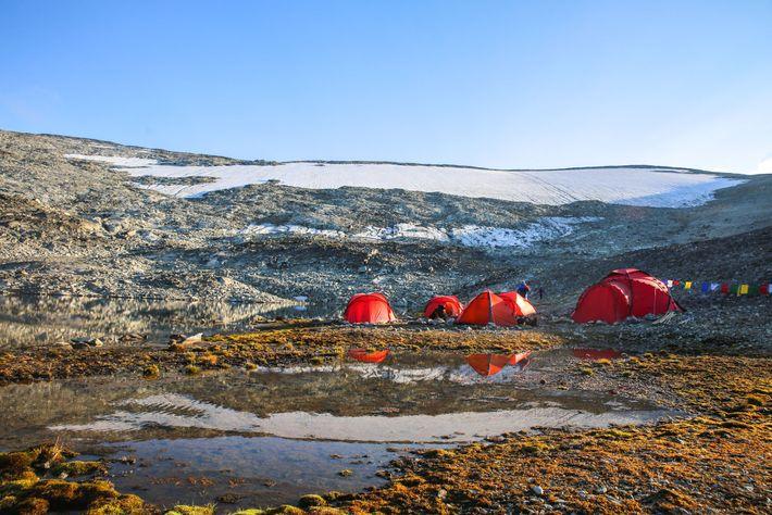 Les archéologues établissent leur camp de base devant la plaquede glace de Lendbreen en 2018.