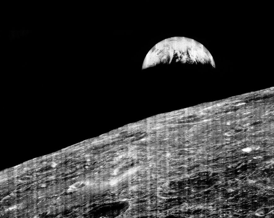Sur ce célèbre cliché pris par Lunar Orbiter 1, la Terre « se lève » au-dessus ...