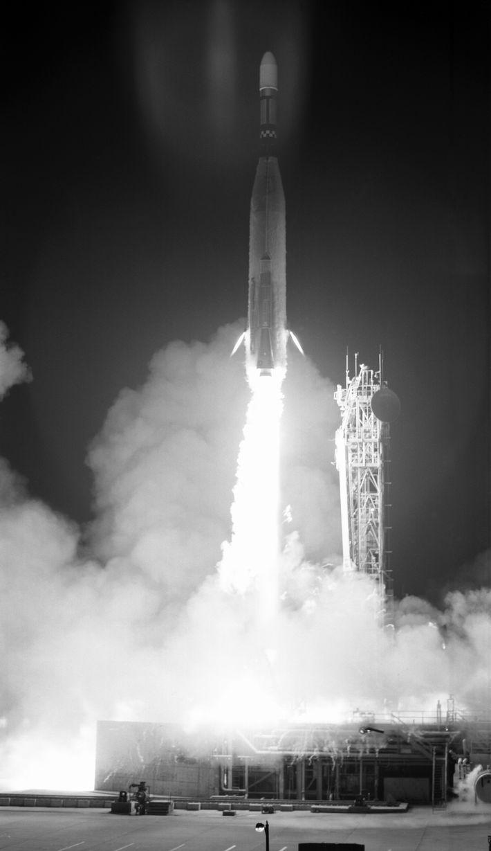Lancement de la fusée transportant Lunar Orbiter 3 depuis Cap Canaveral.