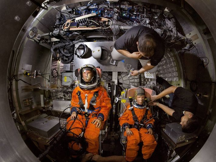 À l'instar des modules d'Apollo, Orion amerrira. ici, des mannequins sont installés dans un prototype avant ...