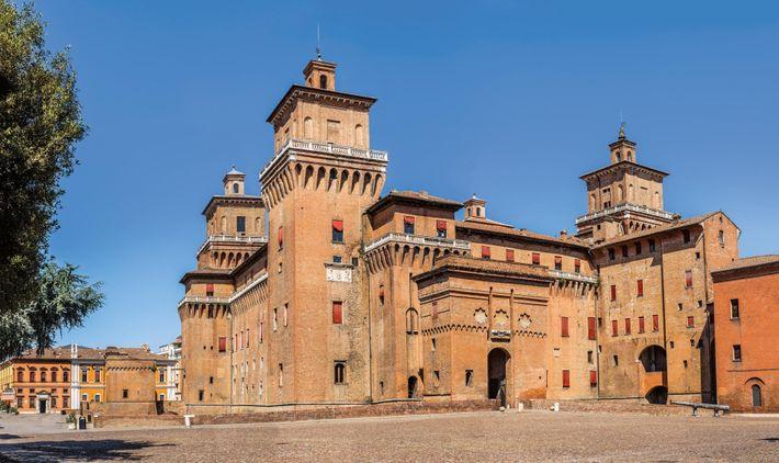 Surplombée par le château Estense, la nouvelle demeure de Lucrèce, Ferrare a longtemps constitué une terre ...