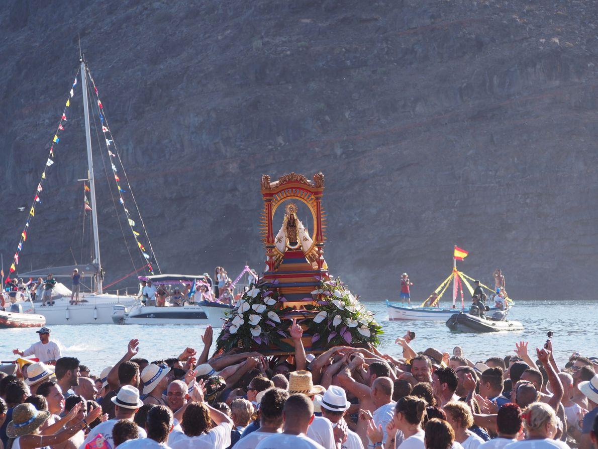 La vierge de Guadeloupe est enfin portée par la foule. Les cris provoquent un gigantesque vacarme. ...