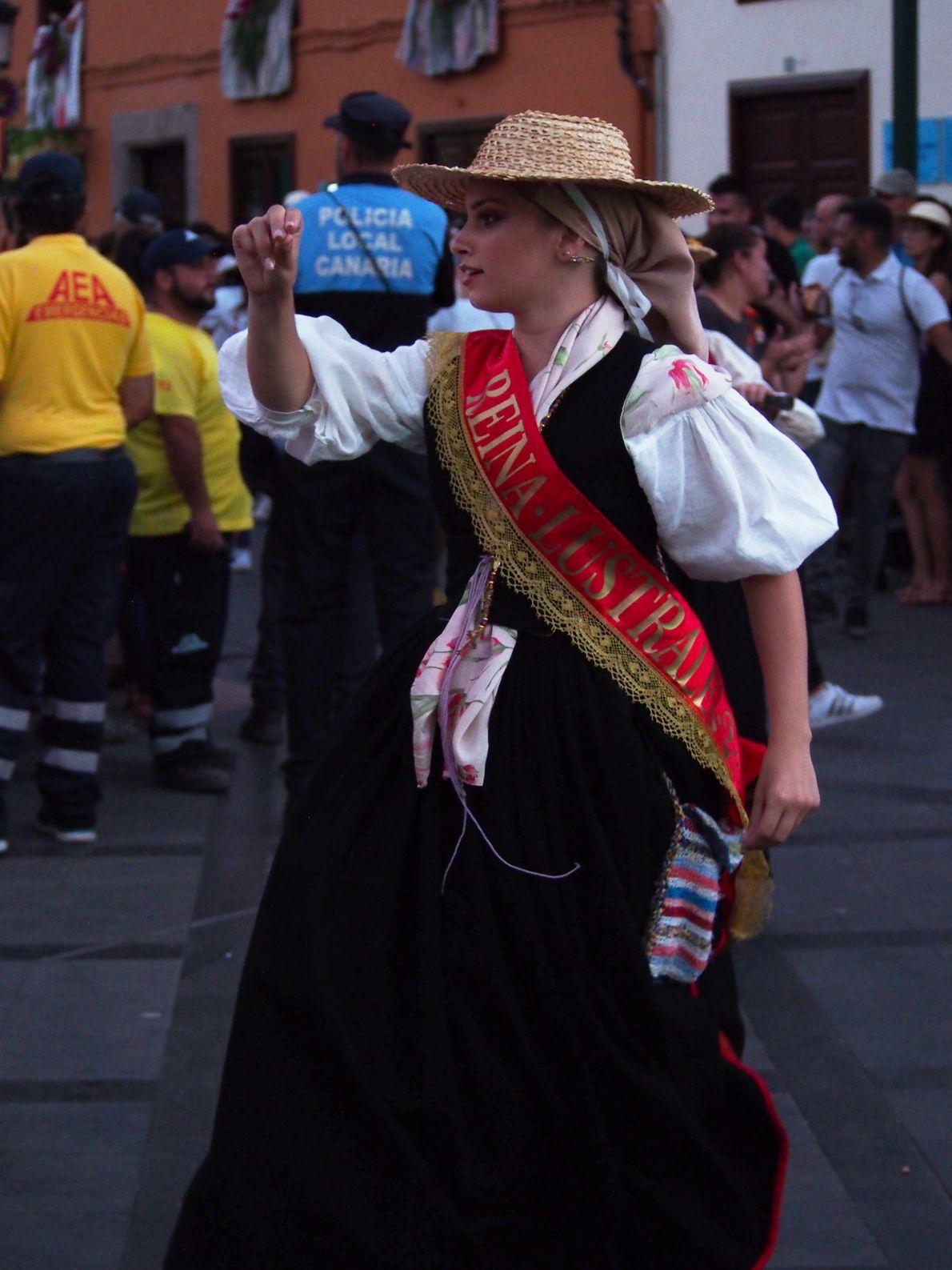 """Adrea Garcia Suarez danse sur le trajet séparant la mairie de l'église. Pour elle c'est """"un ..."""