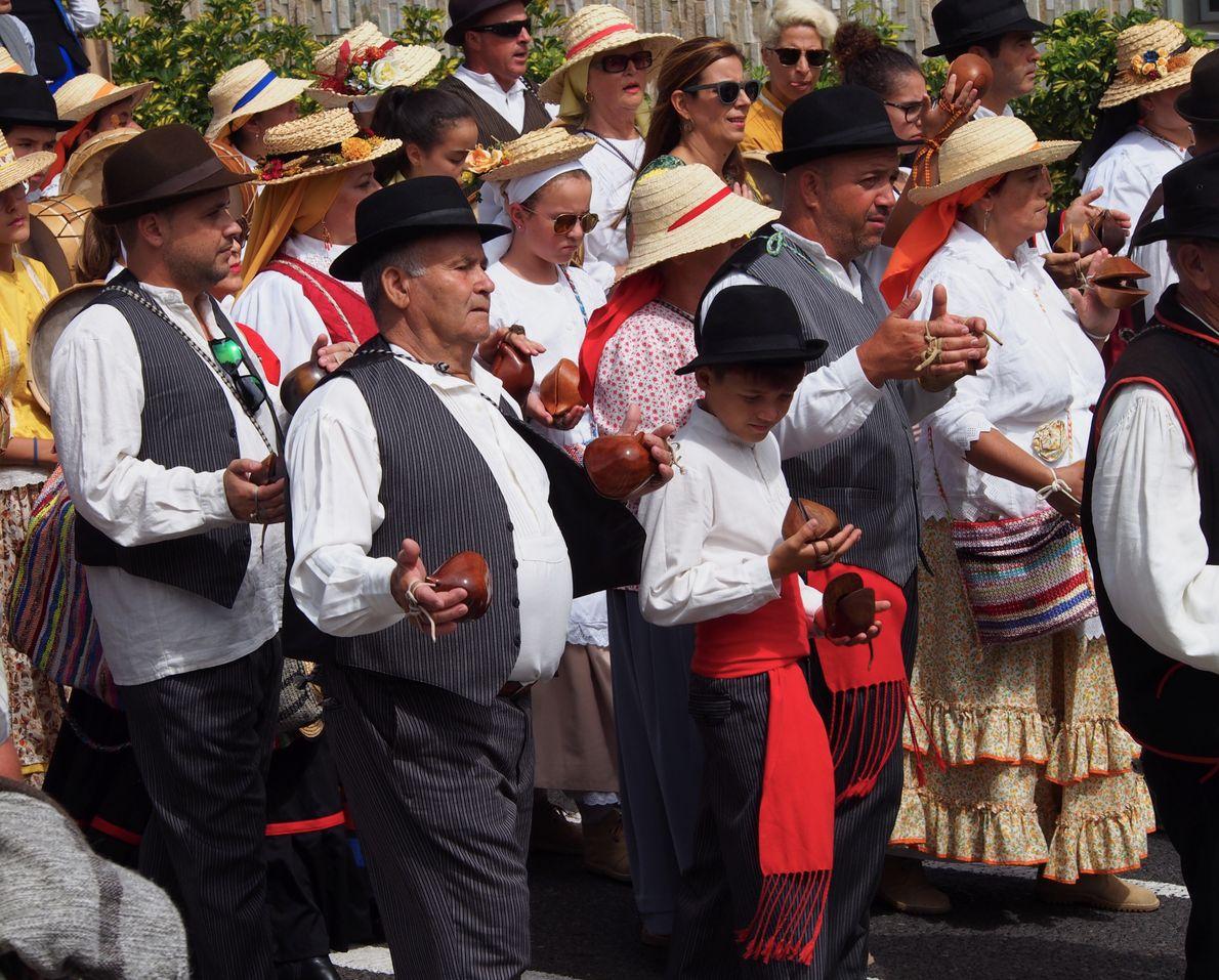 Chaque village défile l'un après l'autre. Ici un groupe de joueurs de maracas de l'île joue ...