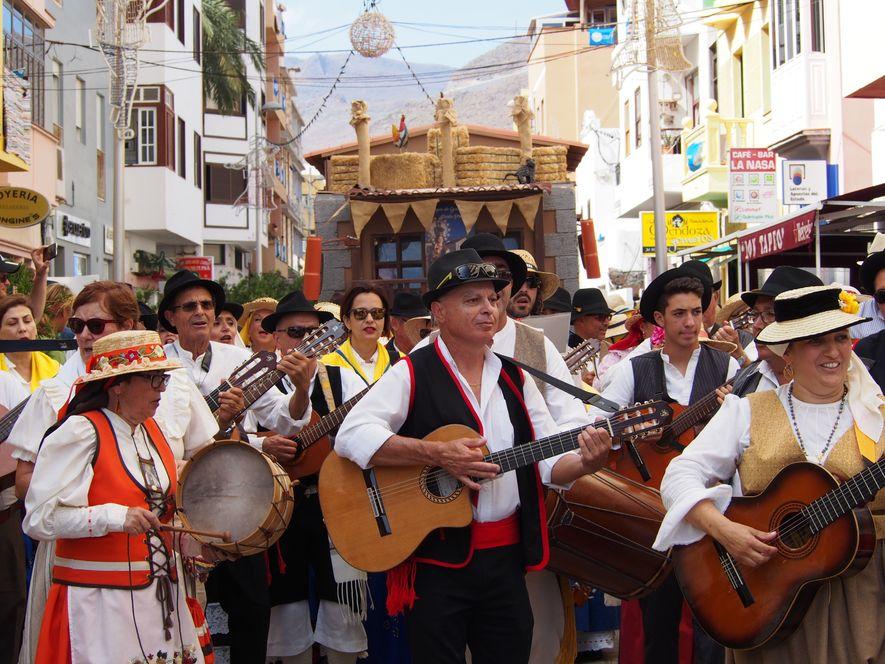 Les Bandas se relayent et lancent la fête en cette fin de matinée. Les guitares, percussions s'accompagnent de chants populaires et traditionnels entonnés par la foule. La Plaza de las Americas ne désemplira que le lendemain, au petit matin.