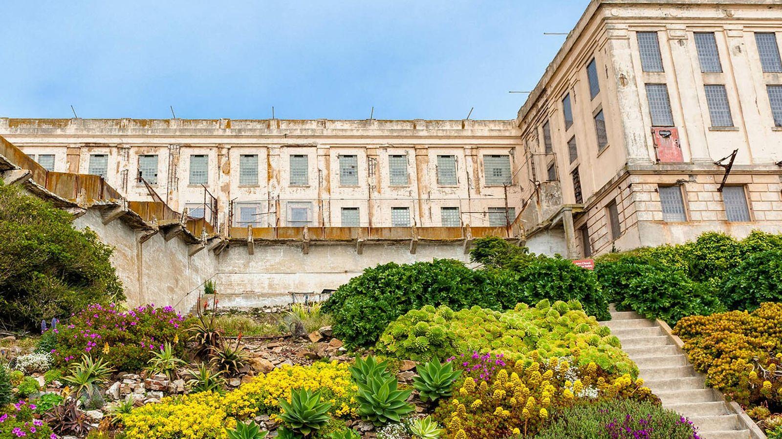 Jadis un affleurement inhabité transformé en base militaire puis en prison de haute sécurité, l'île d'Alcatraz ...