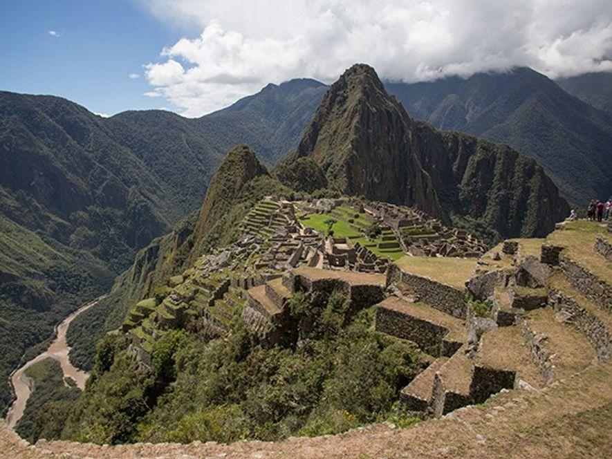 Ces vestiges incas sont situés sur une crête en altitude, bordée sur trois côtés par l'orageuse ...