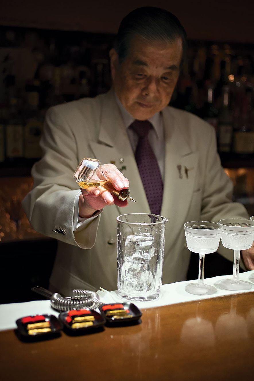 Takao Mori, barman au Mori Bar, est en train de préparer son cocktail signature, le martini ...