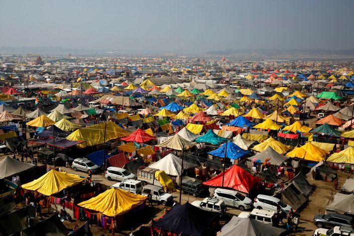 Chaque année, en perspective de la Magh Mela, les organisateurs construisent une ville temporaire de tentes sur ...