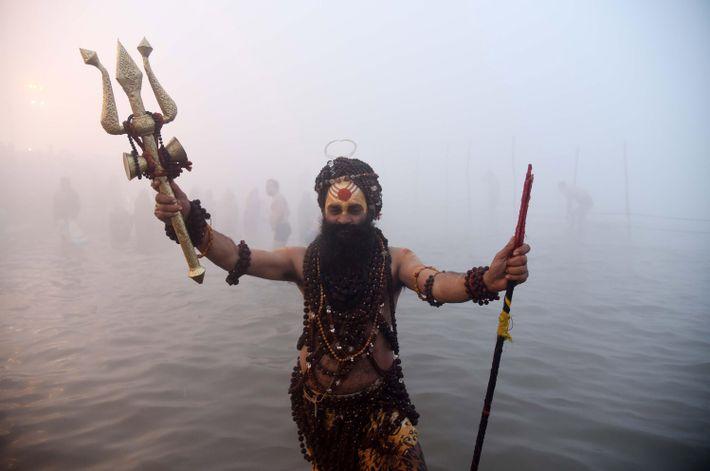Un sadhu, ou homme sacré, prie au confluent des fleuves sacrés lors de la Magh Mela de 2018.
