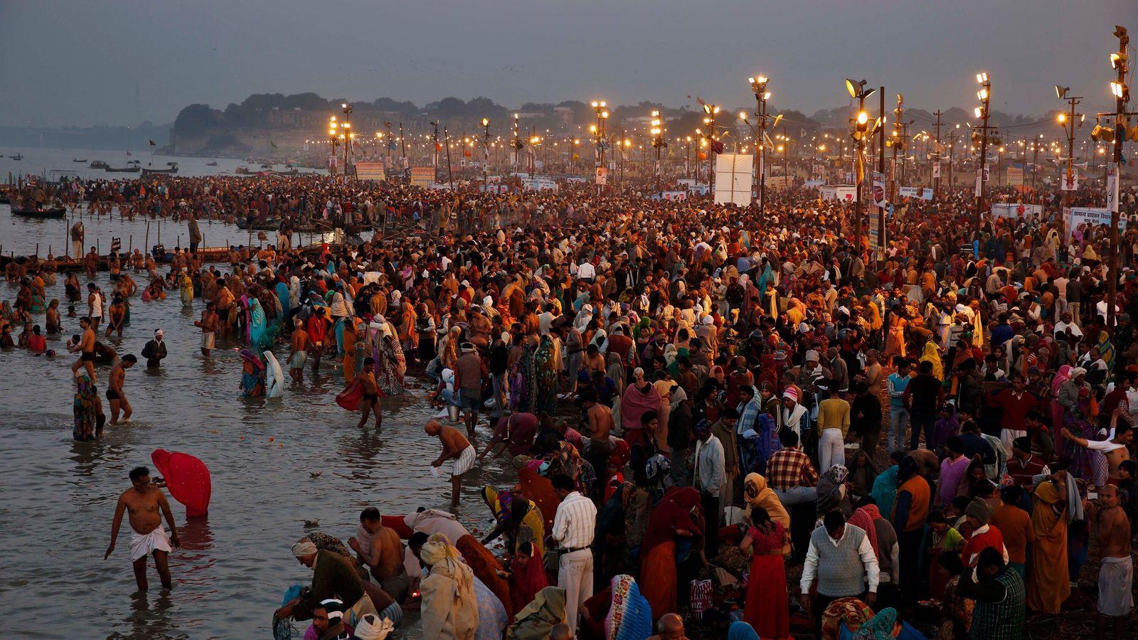 En 2014, des fidèles hindous se pressent au confluent de trois fleuves sacrés, le Gange, la Yamuna ...