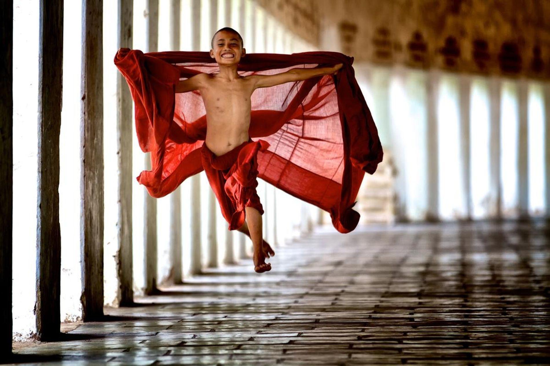 Les moines commencent leur service par des années d'étude au monastère. Ce jeune moine s'envole dans ...