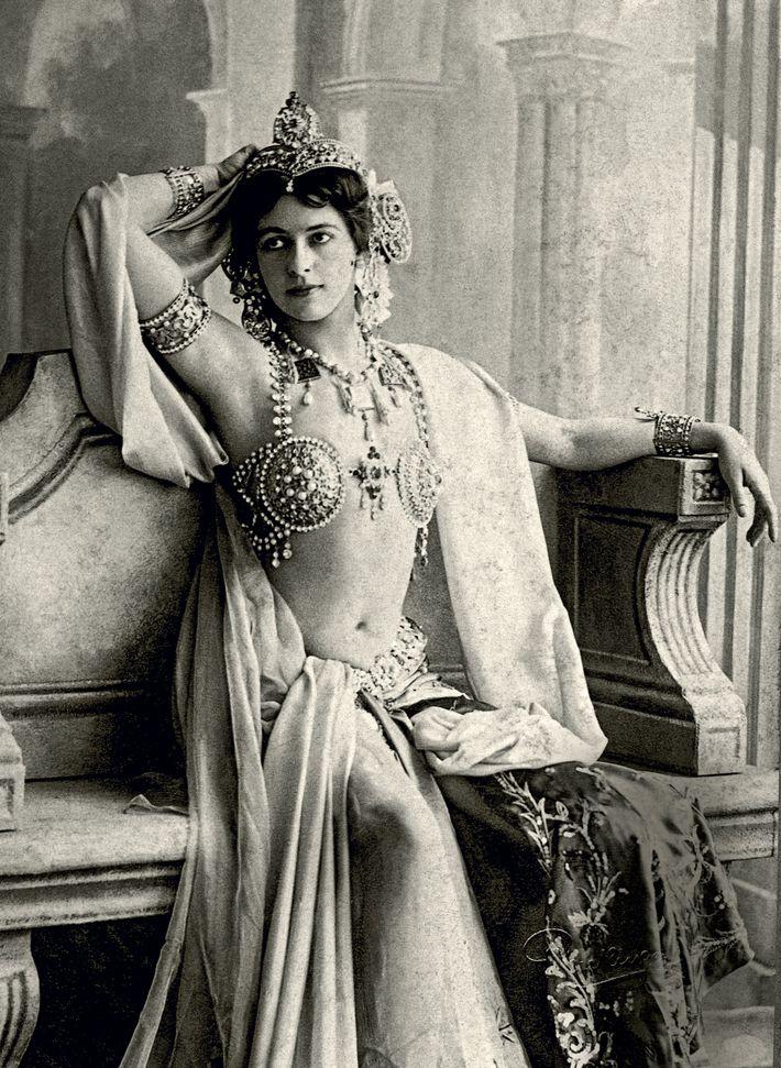 Mata Hari (« œil du jour » en malais), photographiée ici en 1906, triomphe comme danseuse ...