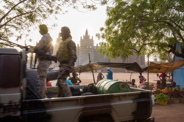 Un camion militaire patrouille près de la Grande Mosquée de Djenné, une ville datant du 3e ...