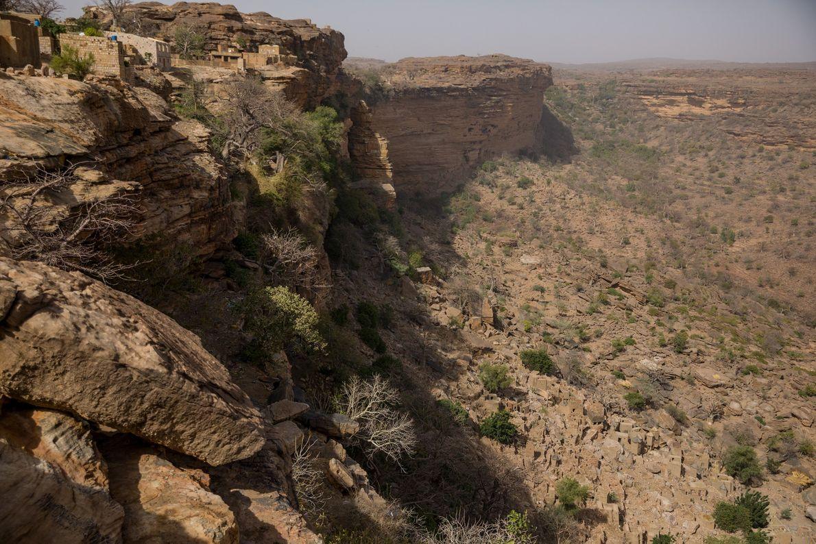 Au Mali, le peuple Dogon vit depuis longtemps dans des villages en bord de falaises, comme ...