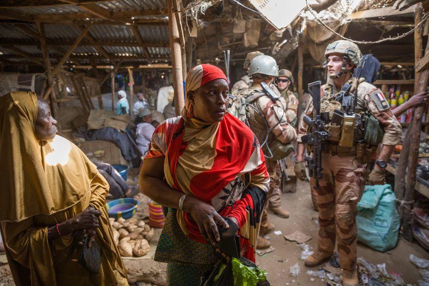 Sur le marché de Gao, les soldats français patrouillent dans le cadre des opérations militaires amorcées ...
