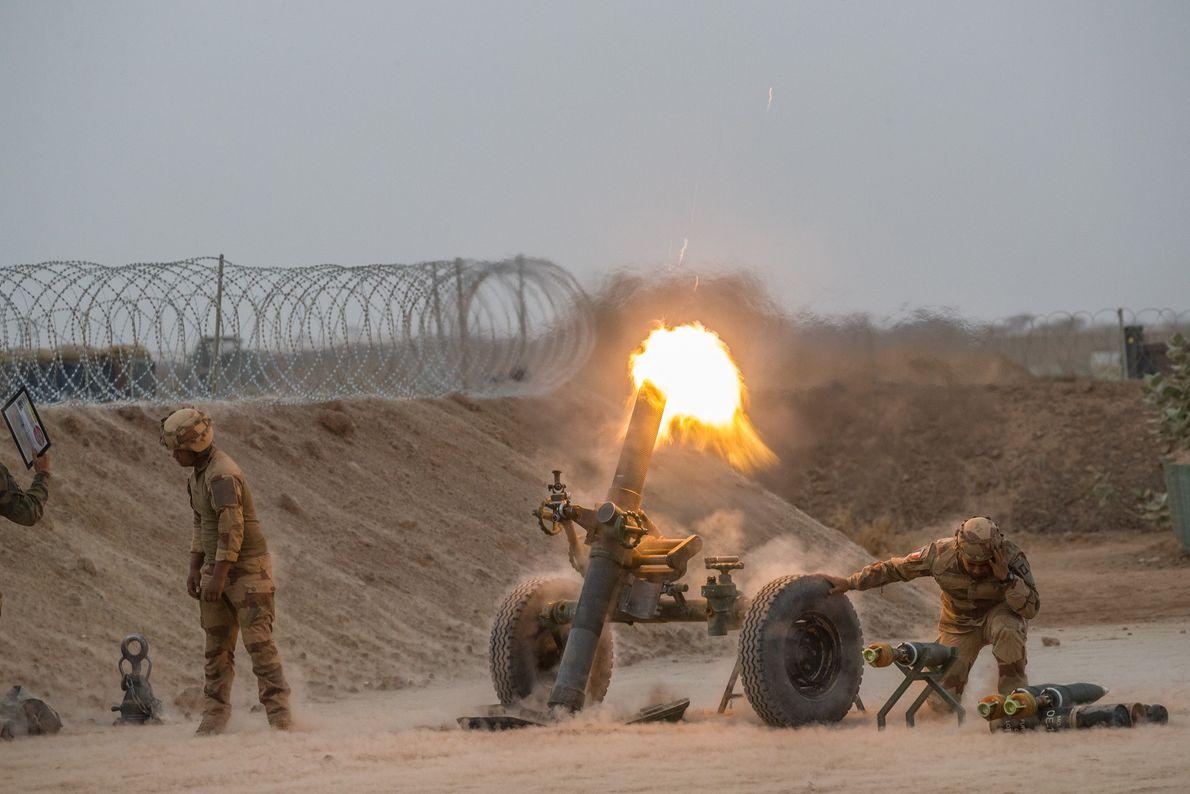 Des soldats français tirent au mortier depuis leur base militaire de Ménaka.