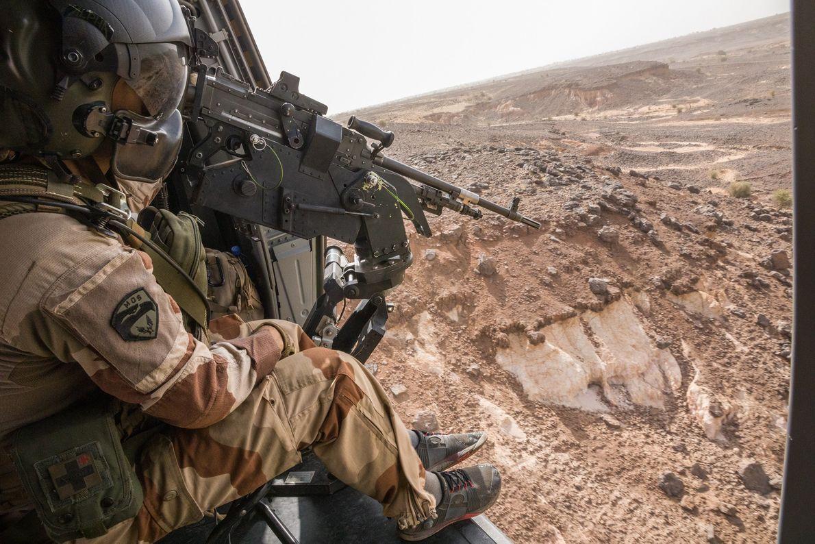 À bord d'un hélicoptère entre Gao et Ménaka, un soldat français guette la moindre activité des ...