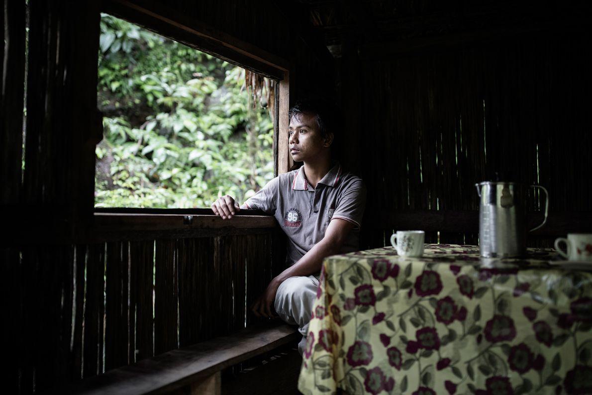 Un homme regarde par-dessus la fenêtre dans le village de Mawlynnong.
