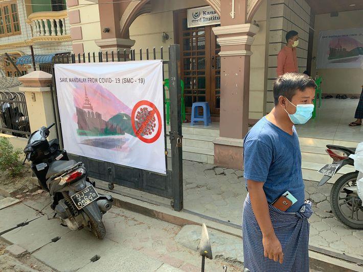 """Ko Win Aung, instituteur, gère une association citoyenne de Mandalay qui lutte contre le virus. """"Certaines personnes disent ..."""